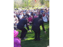 Botaniskas Björn Aldén och Japans ambassadör dansar under ledning av Ami Skånberg under förra årets Hanami i Botaniska