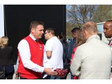 Eddy Strålman - stolt butikschef är ute och konverserar med de köande kunderna