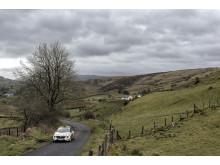 Det irländska landskapet med smala vägar och många hopp bjöd rallyförarna på stora utmaningar.
