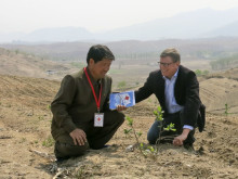 Karl Torring besöker trädplantering i Nordkorea