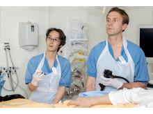 Kirurgerna Richard Ohya och Richard Marsk opererar tjocktarmscancer med ny metod