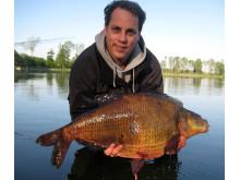 Bild på svenskt sportfiskerekord av arten braxen