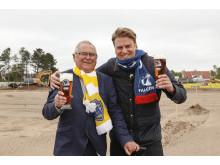 Lars-Eric Nilsson och Johan Örtegren framför arenabygget