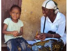 Nenekadiatou från Guinea blir intervjuad