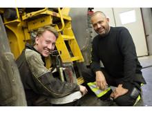 Servicetekniker Joel Johansson och kunden Christer Fjällström på Fjällströms Traktorarbeten