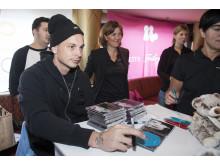 Petter signerar sin CD på Relationsbåten 2012