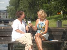 Carolina Gårdheim blir intervjuad av Lilou Mace