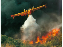 Bombardier 415 bekämpar skogsbrand