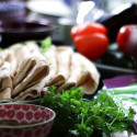 Kryddig köttfärsgryta med grönsaker och labneh