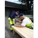 Barna bygger sammen med proffe håndverkere.