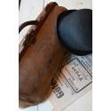FondKalle, miljöbild med väska, tidning, hatt