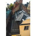 Plåttak med monterad taksäkerhetsutrustning i Gamla stan i Stockholm.
