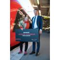 Lycklig resenär nr 250000, Petra Lundborg, med VD Johan Söör
