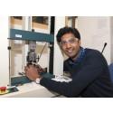 Ung doktorand gör kompositer av trämassa och sjukhuslakan