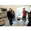 Mehmet Kaplan besöker studentbostäder på Guldheden i Göteborg