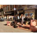 Sabina Ddumba spelar oannonserat på Götgatsbacken i Stockholm