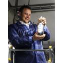 Lars Nyander tappade upp den första litern nytt dricksvatten