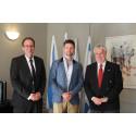 Friendbase tar emot pris på Israels ambassad