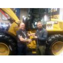 Rene Borg modtager her nøglerne til sin nye Cat 910K