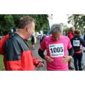 Den vackra rosa tröjans passform diskuteras. Eidars VD Urban Blom i samspråk med Tomt ABs VD Anders Torslid