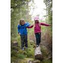 Addnature Kids hjälper varandra i skogen.