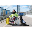Avustajakoiran käyttäjä ja koira matkalla