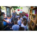 Mette Platz og Anders Bergland gav elever helt ned til fire år en forsmag på det engelske sprog.