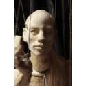 Julia Bondesson väcker träskulpturer till liv på Färgfabriken
