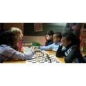 Finansselskap lærer barn sjakk