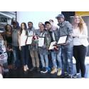 De första ungdomarna diplomerade i Great Corner Lugna Gatan
