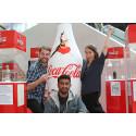 Håvard Langmoen, Haider Ahmad og Anna Ducros fra Westerdals Oslo ACT, foran en gigantflaske med vinnerdesignet.