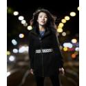 Kvinna i gatuljus bärande bälte – Smart in the Dark