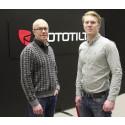 Anders Jonsson och Hampus Jonsson framför Rototilts nya logga när Indexator Rototilt Systems blir Rototilt Group AB