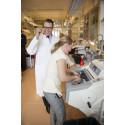 Prins Daniel jobbar i labbet på Karolinska Institutet
