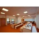 Klasseværelse i varmt hvidt lys