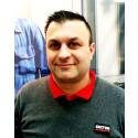 Rudi Hallak står i montern för Sector Alarm