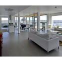 Uusi asuinkortteli Lauttasaaressa meren rannalla ja yllä on valmis