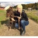 Hon får sköta Sveriges gulligaste minihäst