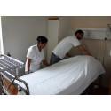 Lalita Badana och Nizar Souilmi renbäddar en säng.