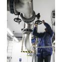 Lars Nyander skruvar på ventilen som symboliskt släpper på vattnet från Sydvatten