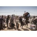 Syrier kommer över gränsen till Turkiet, nära staden Kobani