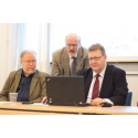 Edessä Seppo Brandt ja Reijo Perkiömäki järjestötyön pääpalkinton saaneesta Lohjan Sydämestä takana Rauno Pohjonen Kirkkonummen-Siuntion Sydänyhdistyksestä