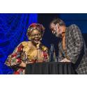 Leymah Gbowee och Malcolm Dixelius samtalar på invigningen av fredsforumet