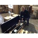Adm. direktør Michael Brønnum Boye inspicerer en vare i ShopUSA's lager i Virginia