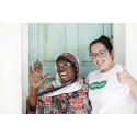 Specsavers Ge Syn Årets Glasögonbärare 2014 Menfa Baris med kvinna som mottog Menfas glasögon