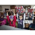 Julklappsutdelning i klassrummet i byskolan utanför Bukarest, årskurs 4