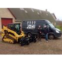En ny CAT 259D HighFlow Edition udstyret med en CAT Power Rake til Joni Manpower i Mesinge. Niels Kromann, Pon Equipment (th) siger tak for handlen til Jonas Nielsen, Joni Manpower.
