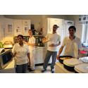 Lalita Badana, Susanne Hedlund, Nizar Souilmi och Metin Kieser hjälps åt i köket på Hjärtcentrum.