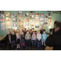 Elever från Skruvstads skola visar sina bilder från skolvardagen