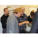 Workshopsdeltagare undersöker plastmaterial